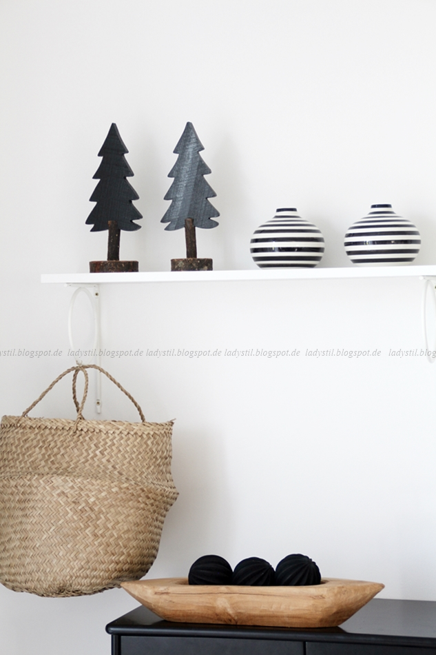 Weihnachtsdeko in schwarz weiß Holz