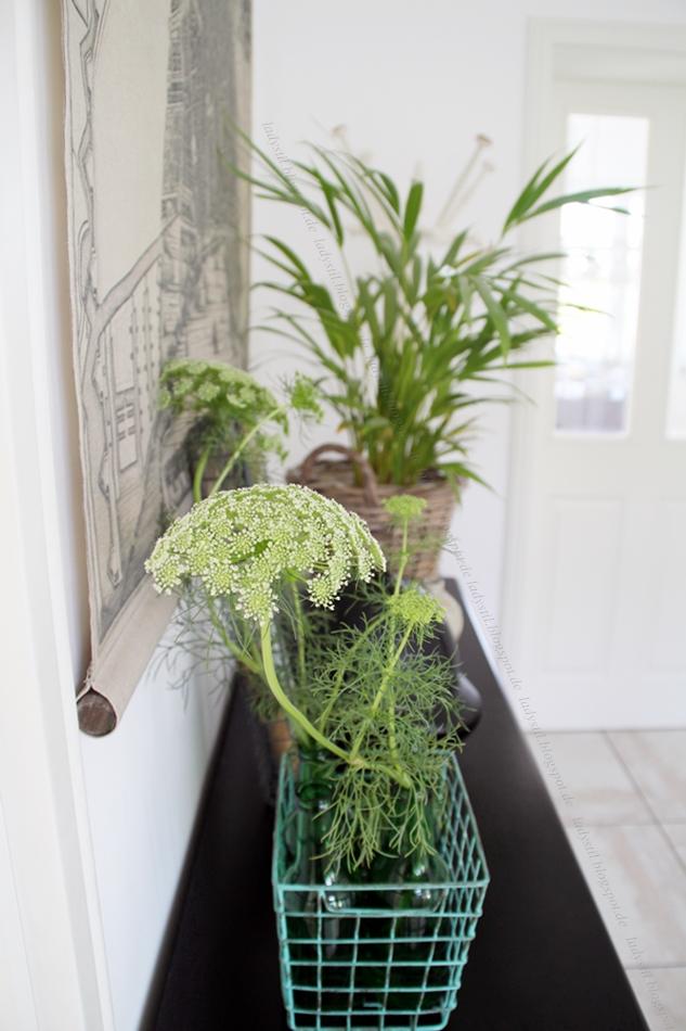 Urban Jungle Bloggers Flur mit schwarzer Kommode und Plants Flowers