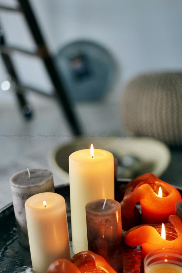 leuchtende Kerzen vor einem verschwommenen Hintergrund