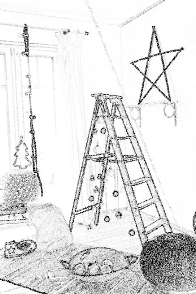 gezeichnetes Bild einer Leiter als Tannenbaum mit Weihnachtskugeln