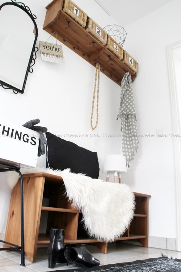 Garderobe in Holz in Kombination mit schwarz weiß Wohnaccessoires