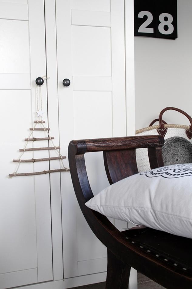 DIY Tannenbaum aus Ästen hängt an einem Schrankknauf
