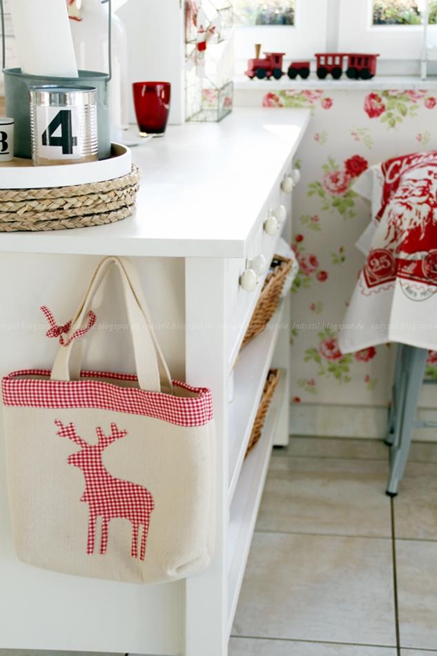 Cottage Küche in rot weiß mit Weihnachtsdeko traditionell