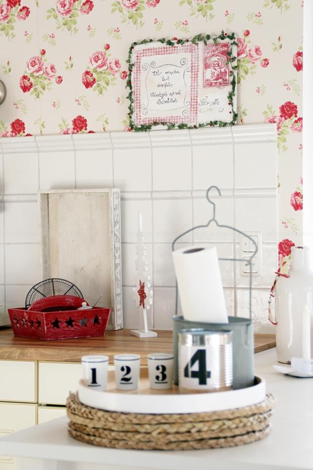 Cottage Küche mit nordischer Leichtigkeit in rot weißer Weihnachtsdeko