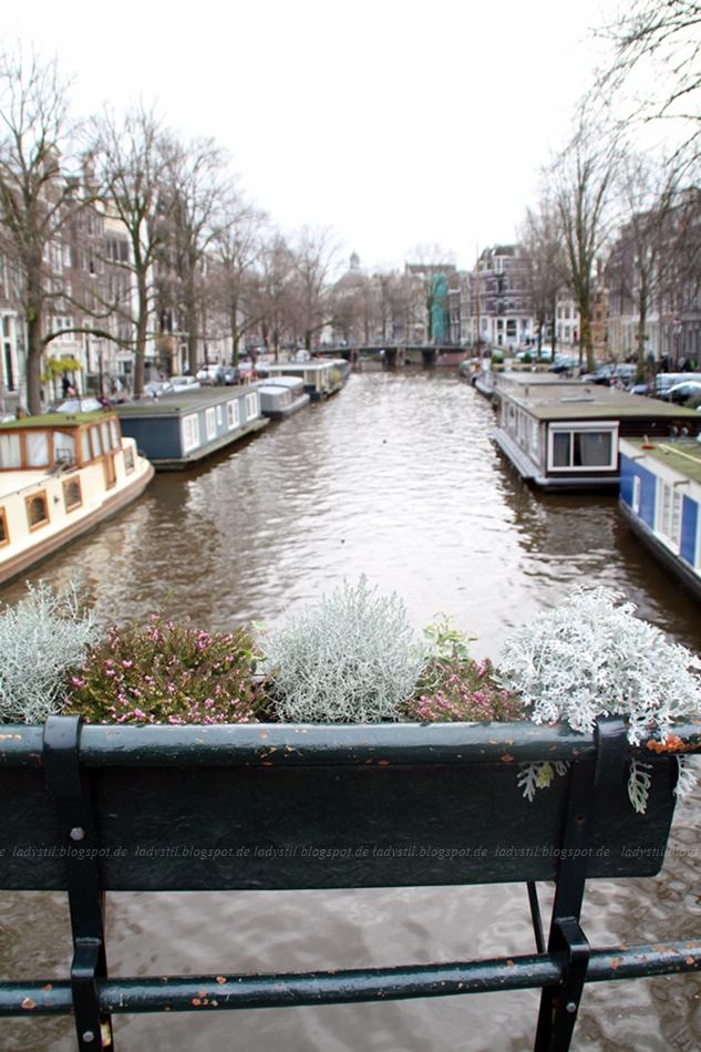 Blick auf die Gracht und Hausboote