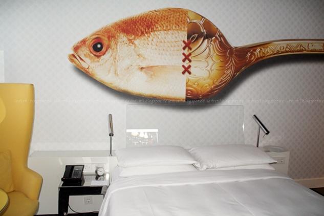 Zimmereinblick Hotel Andaz Hyatt Amsterdam Löffel als Fisch an die Wand gemalt