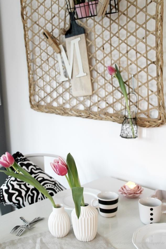 Deko Donnerstag! Heute mit einem vintage Küchentisch, der Kindheitserinnerungen weckt und stylischer Tischdeko! Blick auf den vintage Tisch und die Tischdeko. An der Wand eine Pinnwand aus Bambus