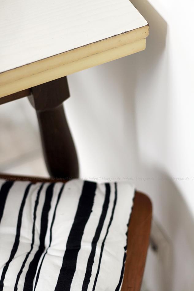 Deko Donnerstag! Heute mit einem vintage Küchentisch, der Kindheitserinnerungen weckt und stylischer Tischdeko! Blick auf die Tischkante mit Ritzen von einem Messer!