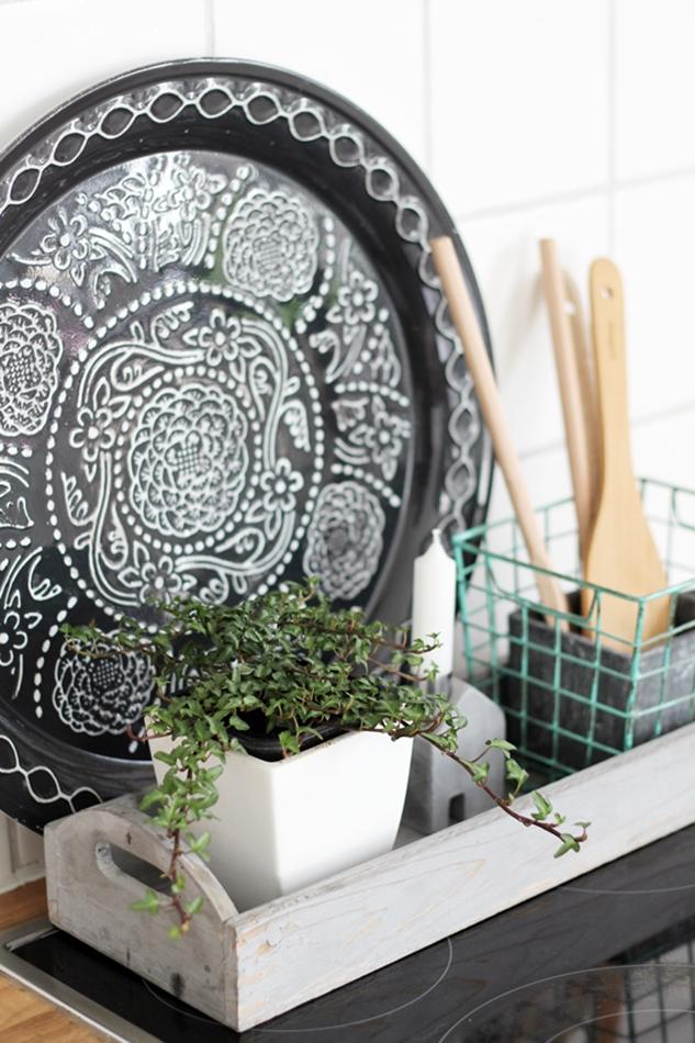 schwarz weißes Tablett Übertopf mit Rankpflanze