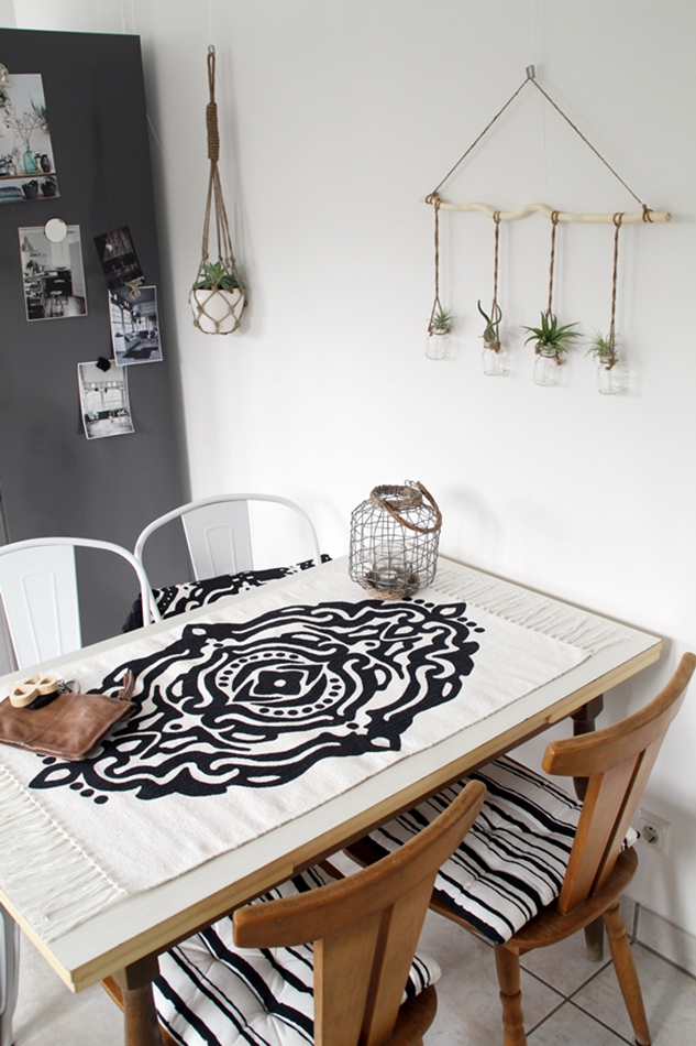Küchentisch mit schwarz weißem H&M Teppich als Tischdecke und Bloomingville Leder Clutch