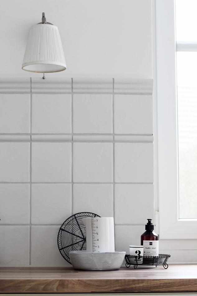 Küchenimpressionen weiße Ikea Wandlampe, weißer House Doctor Keramik Messbecher und graue eckige Tine K Schale