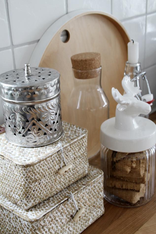 Küchenaccessoires in weiß und holzfarben mit Blechdose und rundem Ikea Tablett aus Buche