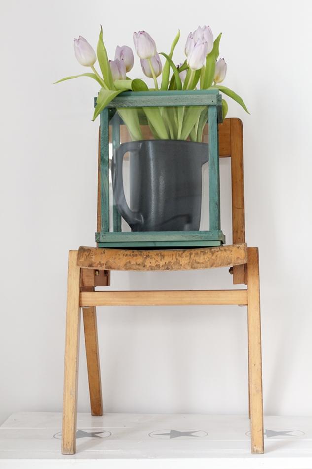Osterdekoration im Wohnzimmer und Schlafzimmer, dezent Akzente , Stuhl mit Tulpen Dekoration