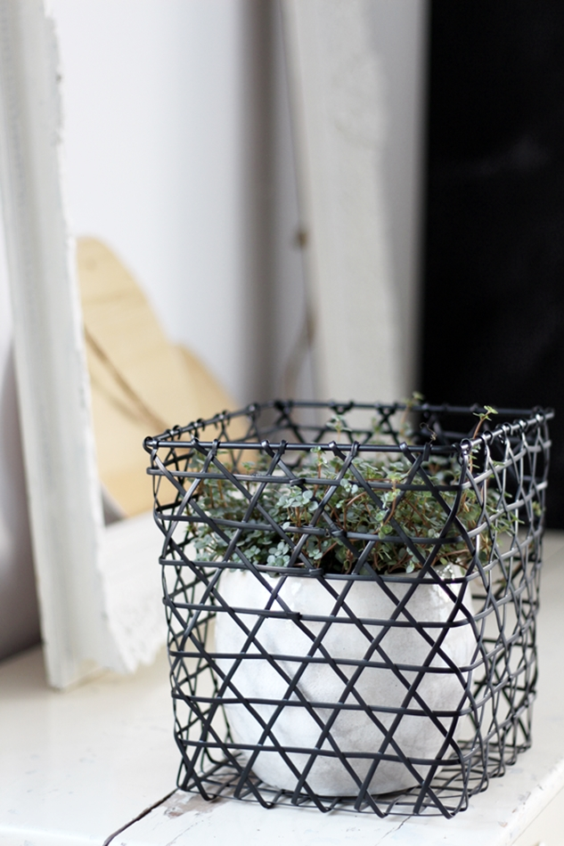 Osterdekoration im Wohnzimmer und Schlafzimmer, dezent Akzente , Holzeier in Bilderrahmen, Pflanzen in Eisenkorb
