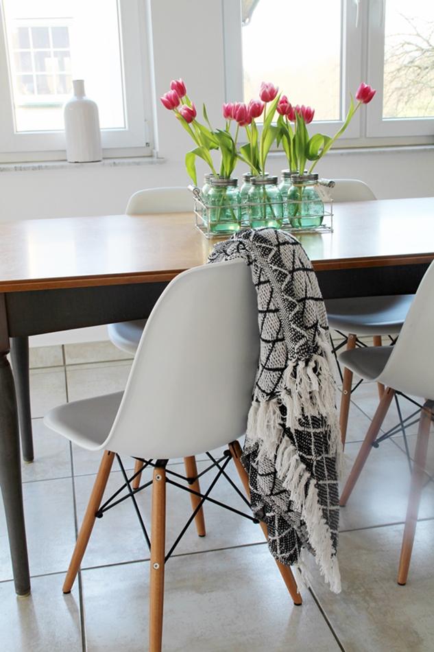 Osterdekoration im Wohnzimmer und Schlafzimmer, dezent Akzente , Ball Maison Gläser mit Tulpen Dekoration