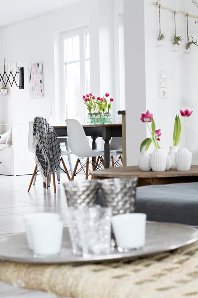 Osterdekoration im Wohnzimmer und Schlafzimmer, dezent Akzente , Block vom Wohnzimmer ins Esszimmer mit Bloomingville Vasen weiß