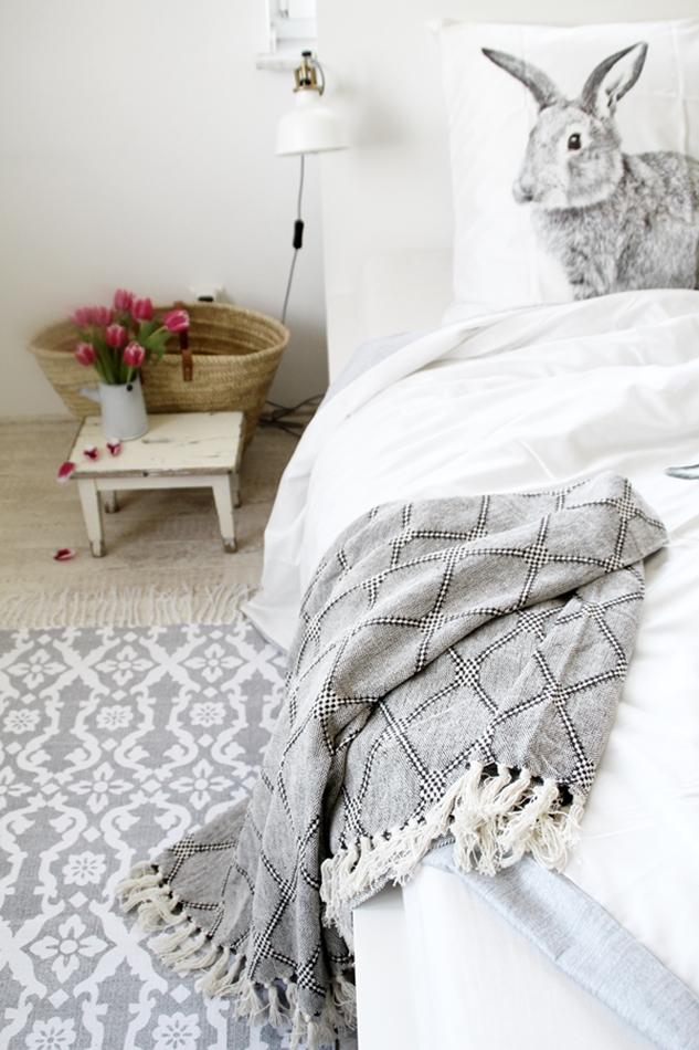 Osterdekoration im Wohnzimmer und Schlafzimmer, dezent Akzente setzen,Ikea Klemmleuchte, Hasen-Bettwäsche Aldi, House Doctor Kännchen mit Tulpen