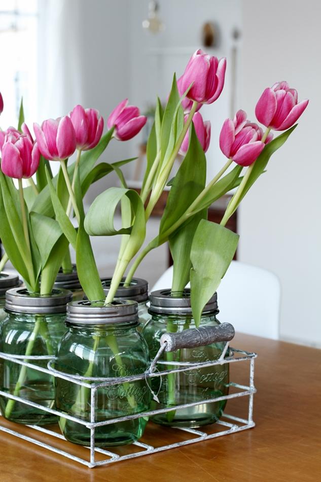 Osterdekoration im Wohnzimmer und Schlafzimmer, dezent Akzente , Ball Maison Gläser in Grün mit Tulpen Dekoration