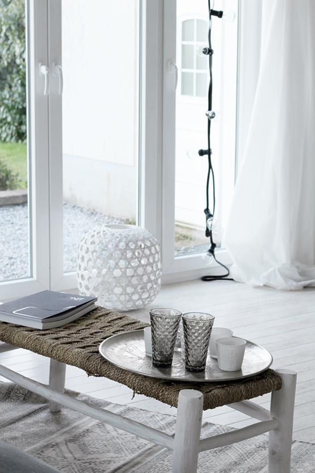 Osterdekoration im Wohnzimmer und Schlafzimmer, dezent Akzente, Lichtdurchlutetes Wohnzimmer in Weiß mit Tine K Home Windlichtern