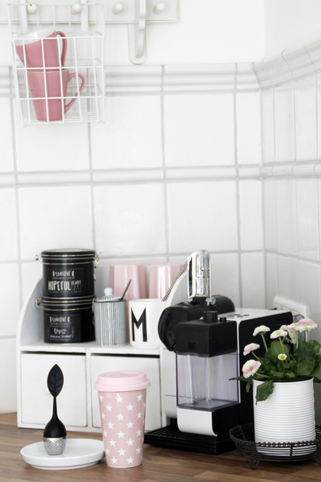 Mit leichten Pastellfarben zieht der Frühling in die Küche ein! Küchenumstyling mit neuen Gelenk-Lampen! Blick in die Kaffeeecke mit weißen und rosa Tassen