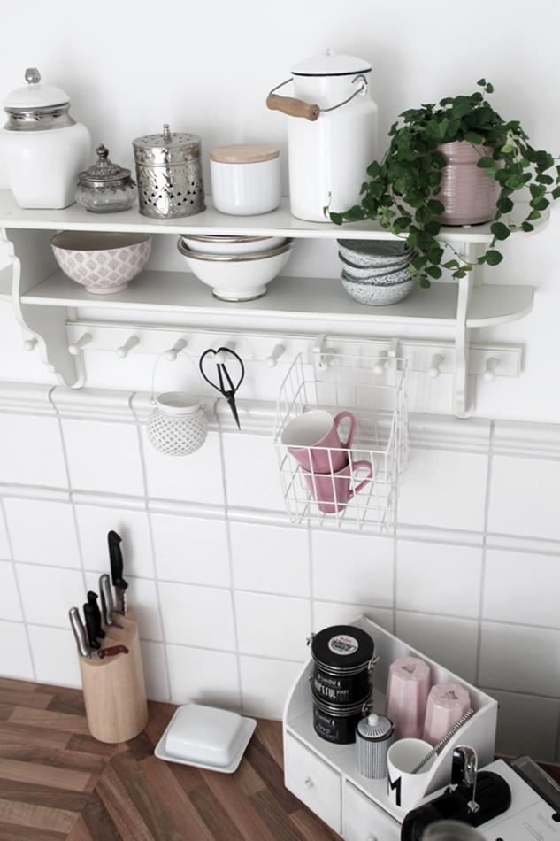 Mit leichten Pastellfarben zieht der Frühling in die Küche ein! Küchenumstyling mit neuen Gelenk-Lampen! Blick auf das Küchenregal mit weißen und rosa Accessoires