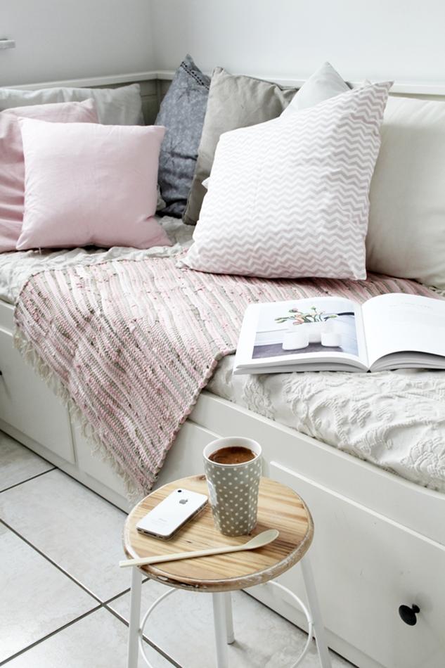 Mit leichten Pastellfarben zieht der Frühling in die Küche ein! Küchenumstyling mit neuen Gelenk-Lampen! Blick aufs Tagesbett mit Hocker und Kaffeetasse