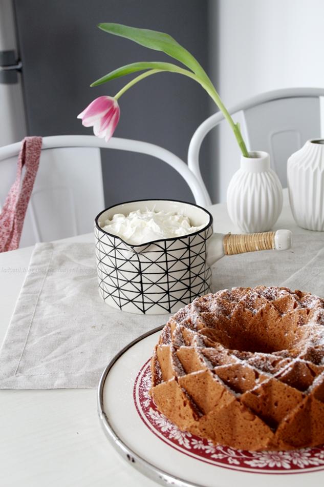 Mit leichten Pastellfarben zieht der Frühling in die Küche ein! Küchenumstyling mit neuen Gelenk-Lampen! Blick auf den gedeckten Tisch!