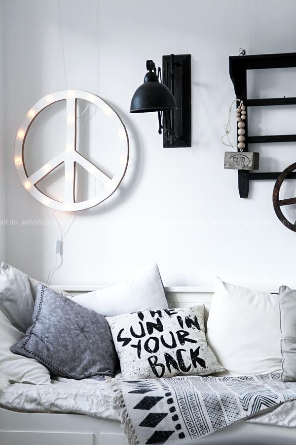 DIY Peacezeichen Leuchtobjekt ,Tagesbett Hemnes Ikea, Kissen HK Living