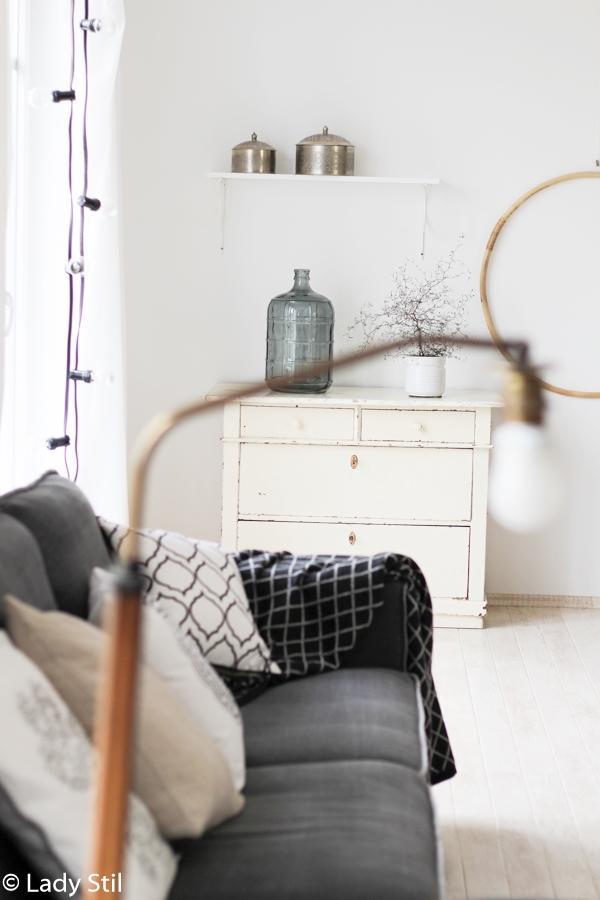 Wohnzimmer mit Hula Hoop Reifen umgestalten, mit einfachen Mitteln einen Raum neu gestalten, Deko-Donnerstag, Sofa mit diversen weiß gemusterten Kissen und Hula Hoop Reifen als Wanddeko