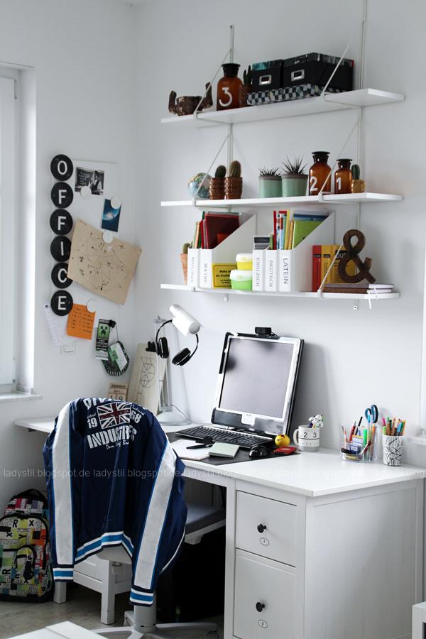 Schreibtisch Büro Office Arbeitsplatz im Jugendzimmer