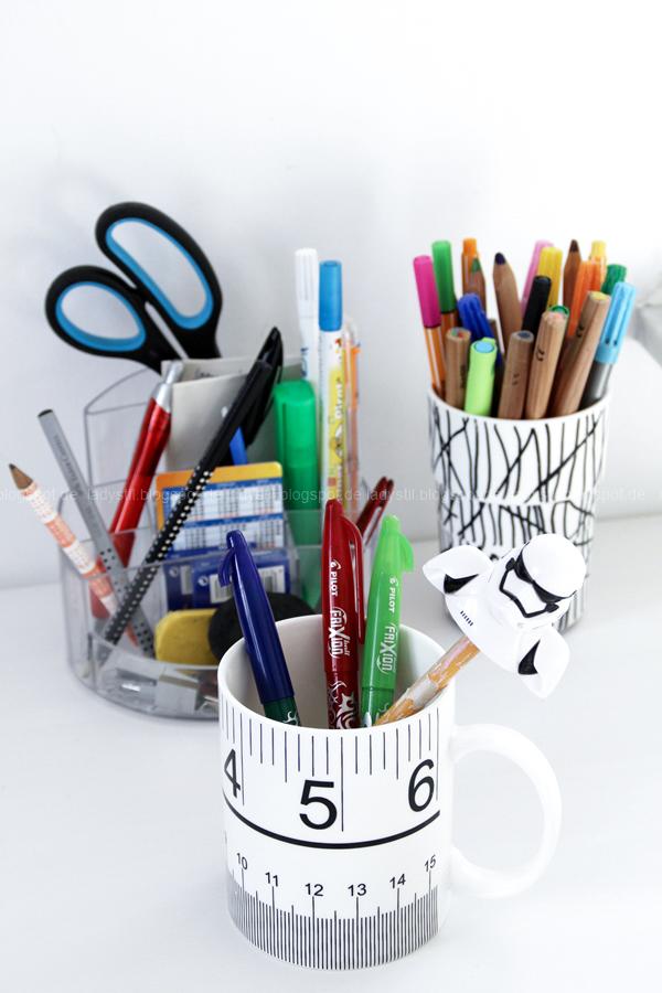Stifteorganisation auf dem Schreibtisch mit verschiedenen Utensilos