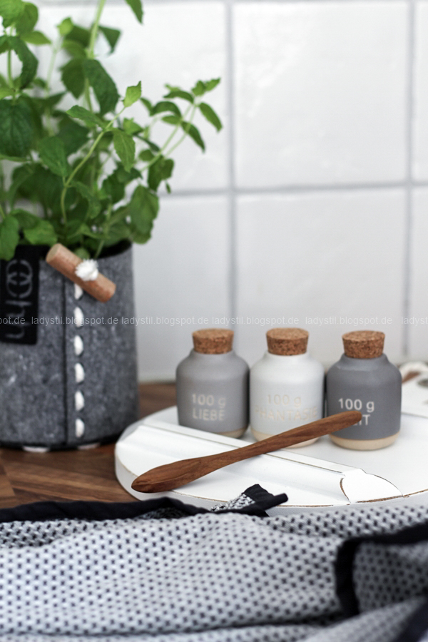 Dekodonnerstag mit Küchen Details von Räder und wie man Geldgeschenke hübsch verpackt, Küchenaccessoires von Räder, Gewürzdosen in grau