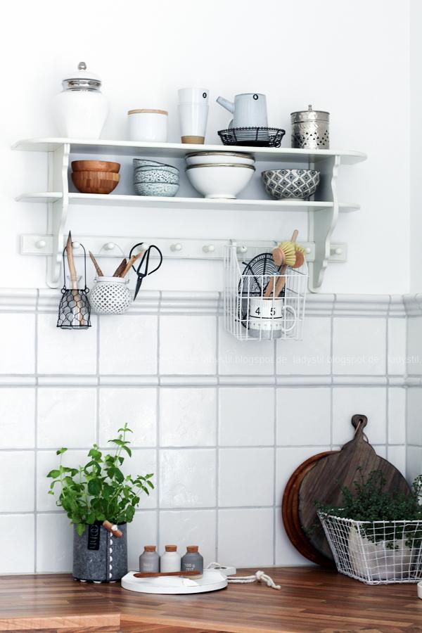 Dekodonnerstag mit Küchen Details von Räder, Gewürzdosen und Regal mit weißen und holzfarbenen Accessoires