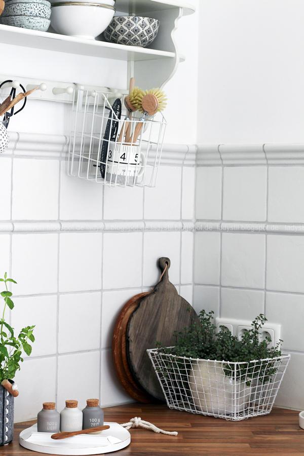 Dekodonnerstag mit Küchen Details von Räder und wie man Geldgeschenke hübsch verpackt, Küchenregal in weiß Holz Accessoires von Räder, Gewürzdosen
