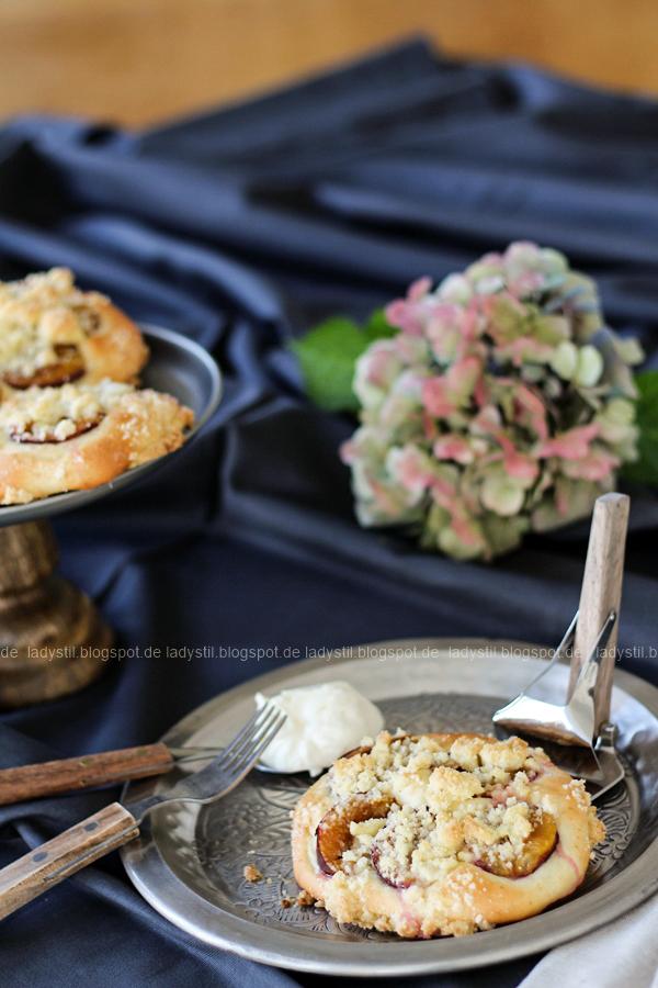Herbst Accessoire Dreieckstuch und Pflaumenteilchen a la Oma, Table Setting