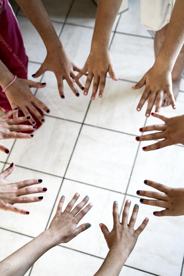 Wellness für Zuhause oder eine Mädels-Party im Spa-Tempel, selbstgemachter Lippenbalm und DIY Zitronen-Peeling, lackierte Hände