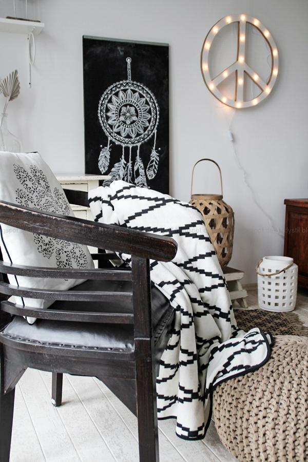 DIY Tafelfarbe und Kreide , Wand mit Traumfänger und Federn bemalen , Wohnzimmer in Holz schwarz weiß mit Boho Accessoires