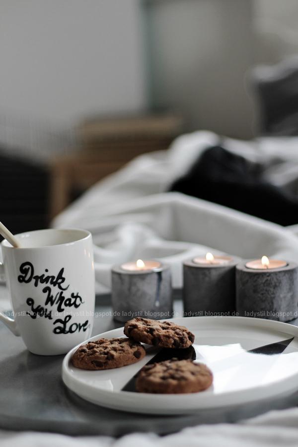 Mach´s Dir gemütlich im Schlafzimmer! Mit natürlich-wärmenden Materialien, schicker Bettwäsche und weichen Decken durch die kalte Jahreszeit! I feel good! DIY Tasse mit Spruch Drink what you love