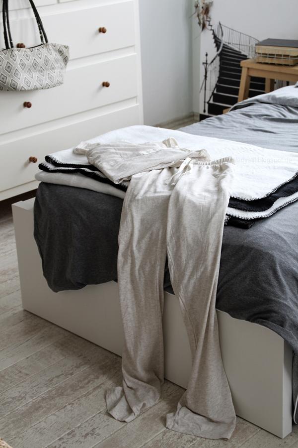 Mach´s Dir gemütlich im Schlafzimmer! Mit natürlich-wärmenden Materialien, schicker Bettwäsche und weichen Decken durch die kalte Jahreszeit! I feel good! Blick aufs Bett mit Schlafanzug