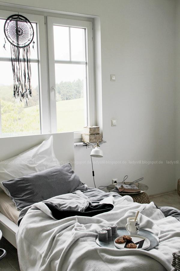 Mach´s Dir gemütlich im Schlafzimmer! Mit natürlich-wärmenden Materialien, schicker Bettwäsche und weichen Decken durch die kalte Jahreszeit! I feel good! Großansicht Bett mit Bettwäsche und Decken von Hessnatur in grau weiß schwarz