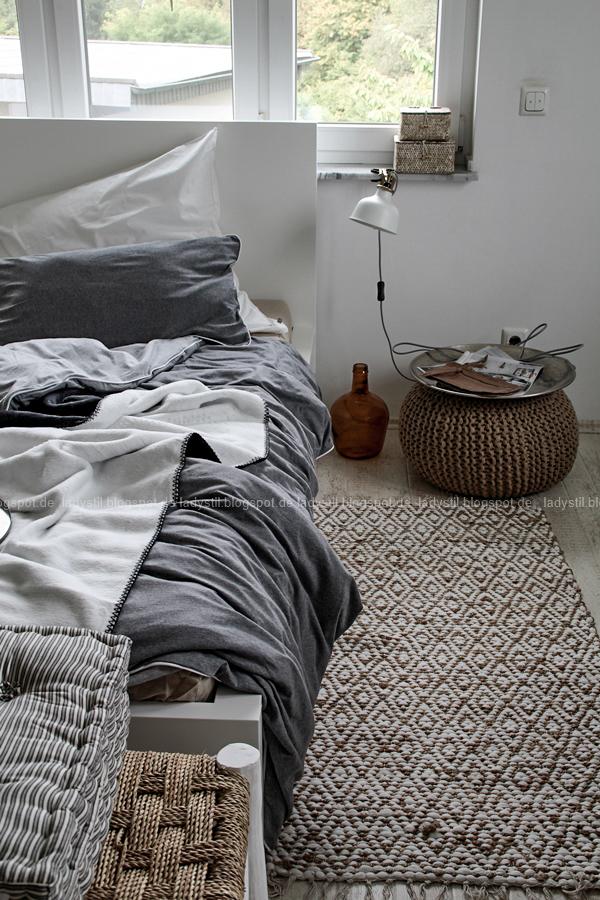 Mach´s Dir gemütlich im Schlafzimmer! Mit natürlich-wärmenden Materialien, schicker Bettwäsche und weichen Decken durch die kalte Jahreszeit! I feel good! Schlafzimmer in grau weiß schwarz Holz