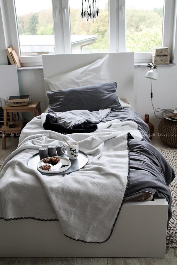 Mach´s Dir gemütlich im Schlafzimmer! Mit natürlich-wärmenden Materialien, schicker Bettwäsche und weichen Decken durch die kalte Jahreszeit! I feel good! Kuschelig weiche Bettwäsche und Decken in grau weiß schwarz auf dem Bett