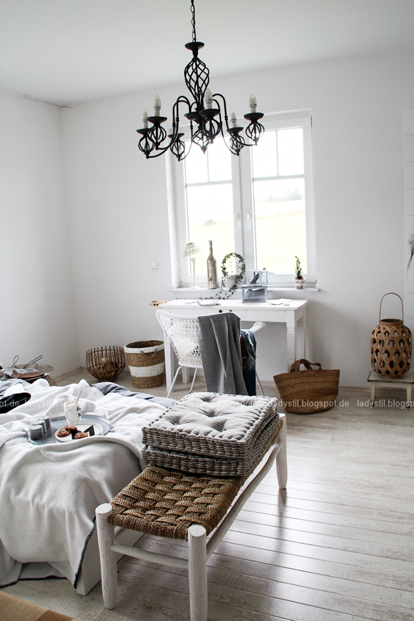 Mach´s Dir gemütlich im Schlafzimmer! Mit natürlich-wärmenden Materialien, schicker Bettwäsche und weichen Decken durch die kalte Jahreszeit! I feel good! Großansicht des Schlafzimmers mit Bett und Schreibtischecke weiß grau schwarz