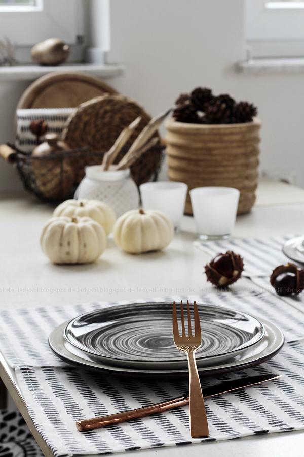 Kücheneinrichtung in Schwarz Weiß Holz mit leichten New Boho Elementen, tischdeko mit Baby Boos und kupferfarbenem Geschirr