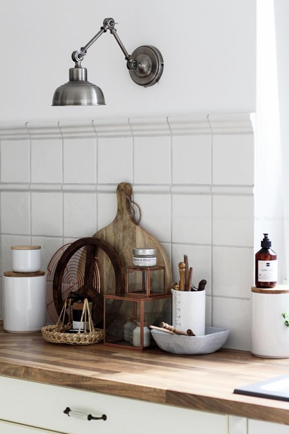 Kücheneinrichtung in Schwarz Weiß Holz mit leichten New Boho Elementen, Küchen-Wandlampe im Antiklook