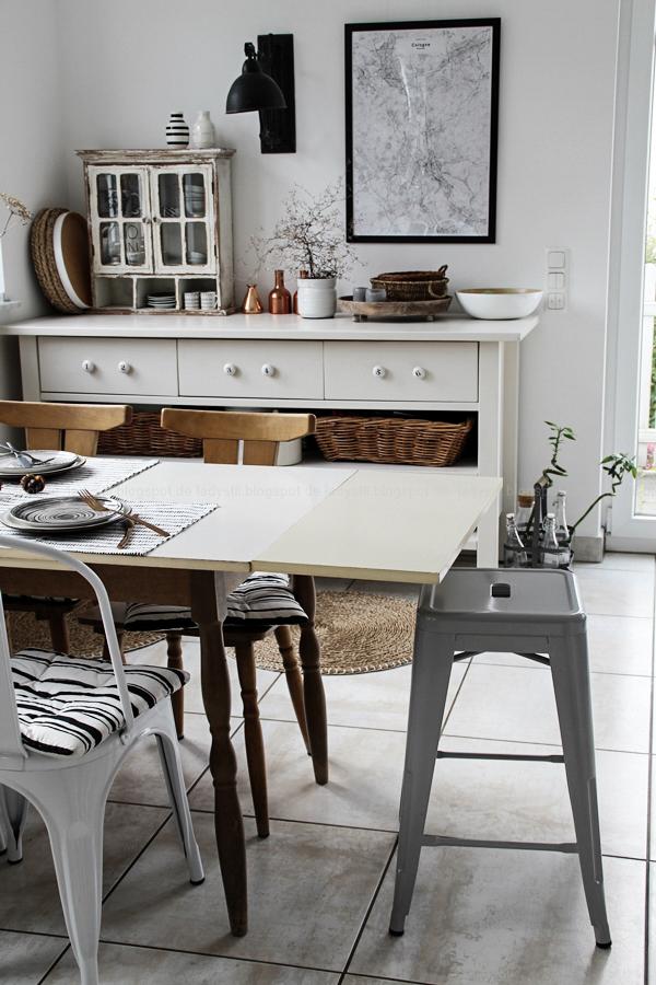 Kücheneinrichtung in Schwarz Weiß Holz mit leichten New Boho Elementen, Essplatz, Dinigroom