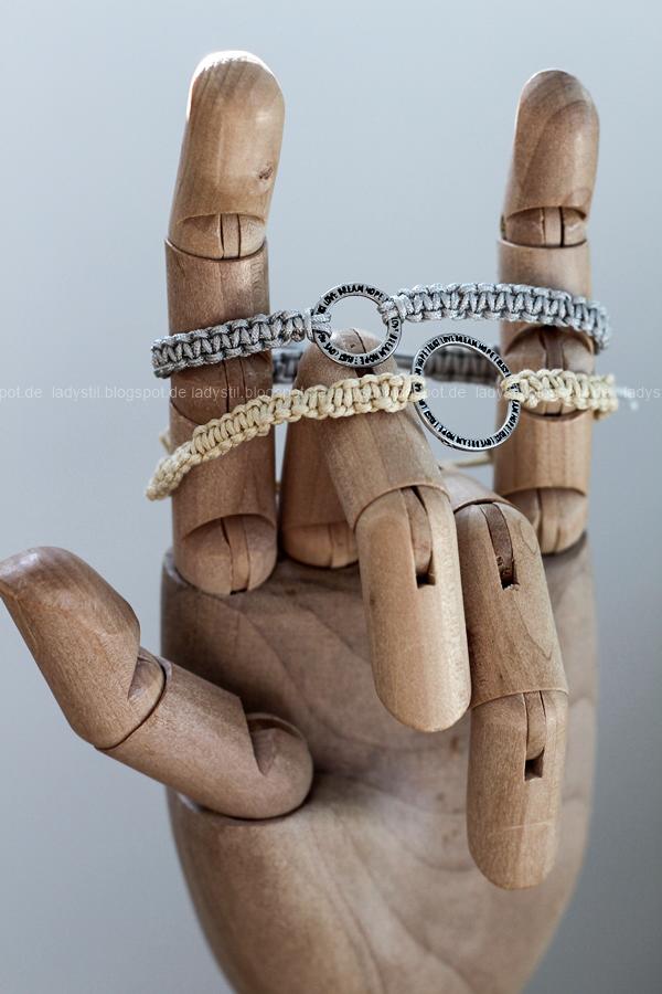 zwei DIY Makramee Armbänder grau und beige auf einer HAY Hand