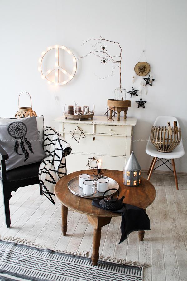 Weihnachtsschmuck im Bohostyle selbermachen, Mandala meets Baumscheibe, DIY Wandschmuck für Weihnachten, Federn und Sterne am Traumfänger, Christmas meets Boho, weihnachtliches Wohnzimmer im Bohemian Style