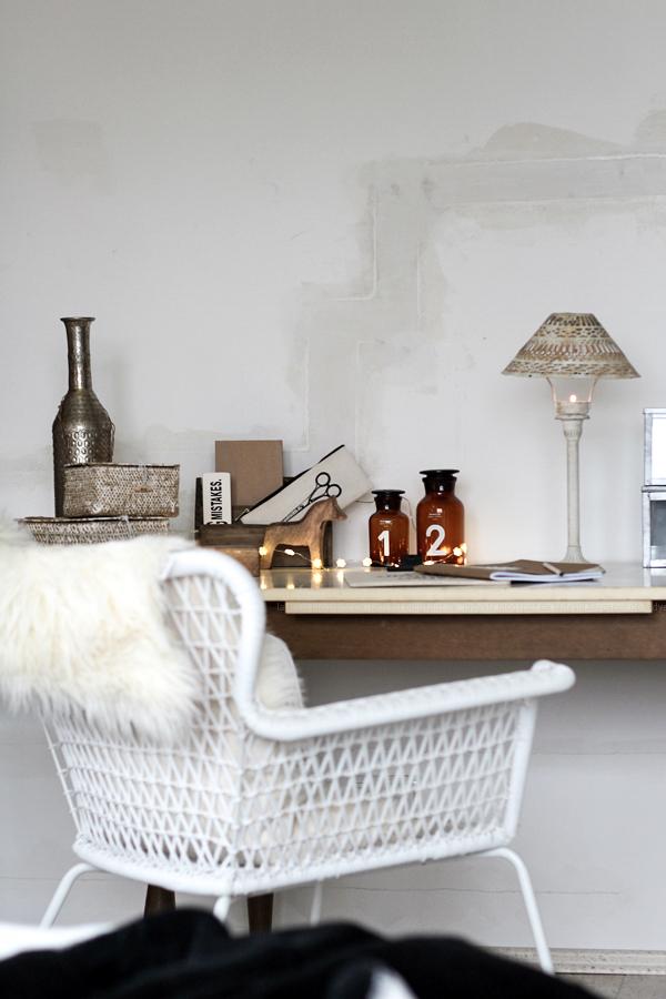 Schlafzimmerdeko im New Boho Look mit schwarz-weißen Ethnoelementen und Holz Accessoires, Bohoschädel, afrikanische Maske und Bambus-Laterne