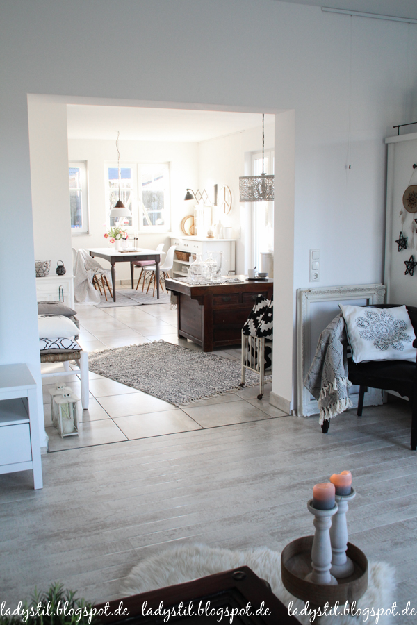 Interior in Weiß Schwarz und Holz im Scandiboho Style
